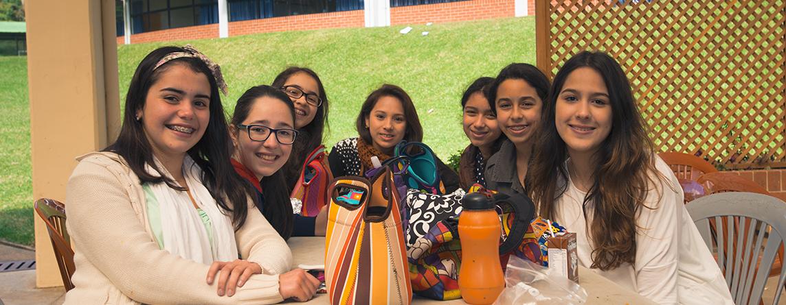 Système public d'enseignement français avec quelques adaptations permettant la formation de futurs citoyens guatémaltèques