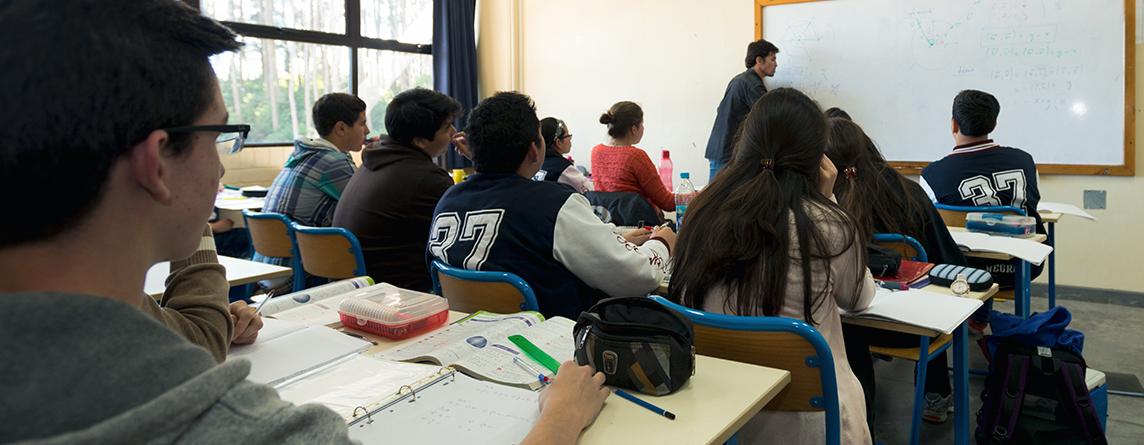 Sistema Público de enseñanza francés con algunas adaptaciones que permiten la formación de futuros ciudadanos guatemaltecos
